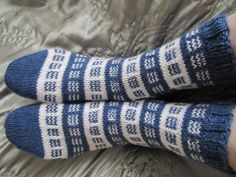 Kardemumman talo -nimisessä blogissa neulotaan mitä kauneimpia sukkia. Vähän aikaa sitten siellä oli neulottu todellä nätit sukat. Vähän han... Knitted Mittens Pattern, Knit Mittens, Knitting Socks, Knitting Videos, Knitting Charts, Knitting Patterns, Yves Klein Blue, Sock Toys, Wool Socks