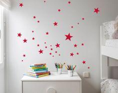 Vinilos de Estrellitas ideales para decoración. Quedan bien allá donde se pongan. En el cuarto de los niños, decorando una puerta o un mueble, en el salón. Cualquier sitio quedará bonito con estos vinilos de estrellitas plateadas.  COLOR Plata brillo. Tenemos más colores, oro, amarillo, fucsia, gris, negro… puedes ver más opciones pinchando aquí: https://www.etsy.com/es/shop/NicolasitoEs?ref=hdr_shop_menu§ion_id=18415393  INCLUYE: 43 estrellas plata en difer...