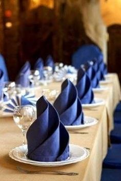 20 Plus Napkin Folding Styles Folded napkins are an easy way to Impress your guests & family! See 20 plus napkin folding styles including fun shapes, simple techniques & holiday styles! Ostern Party, Wedding Napkins, Partys, Deco Table, Tablescapes, Party Planning, Party Time, Catering, Entertaining