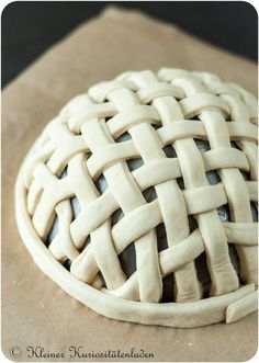 Kleiner Kuriositätenladen: Brotkörbe aus Brotteig - http://back-dein-brot-selber.de/brot-selber-backen-rezepte/kleiner-kuriositaetenladen-brotkoerbe-aus-brotteig/