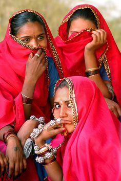 Shy Indian Women - why are Indian women shy? Why do you think Indian women are shy? Goa India, We Are The World, People Around The World, Super Images, Amazing India, Indian Village, India Culture, Indian People, Best Teeth Whitening