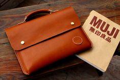 马骝手工 薄款手提牛皮电脑包 公文包 简约复古 可定制刻字包顺丰   Showbagnow Leather Art, Sewing Leather, Leather Gifts, Leather Bags Handmade, Iphone Leather Case, Leather Laptop Bag, Leather Briefcase, Leather Wallet, Leather Bag Tutorial
