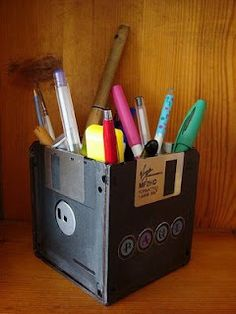 Pen Pot Disk Pen Pot Good Craft Idea for the computer guy in your family (who doesn't have these stuffed in a drawer some where?Disk Pen Pot Good Craft Idea for the computer guy in your family (who doesn't have these stuffed in a drawer some where? Fun Crafts, Diy And Crafts, Crafts For Kids, Arts And Crafts, I Love My Hubby, Pen Holders, Pencil Holder, Diy Gifts, Xmas Gifts