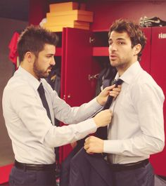 David Villa helping Cesc Fàbregas get ready. Both for Barça and the Spain NT. Football Fever, Football Is Life, Soccer Boys, Soccer Stars, Fc Barcelona, Barca Real, Football Couples, David Villa, Chelsea Fc
