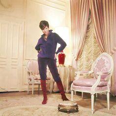 Barbra Streisand in her NYC apartment 1965.