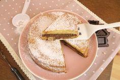 La torta 7 vasetti al cioccolato è un dolce veloce e facile da preparare, una torta morbida con una golosa farcitura, ottima per una merenda davvero deliziosa