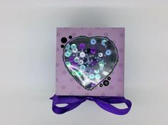 ¡Se trata de ninguna tarjeta ordinaria! Una capa 4 caras pop cuando se retira la tapa, revelando un corazón de rosas de color púrpura en el centro. Esta es una de mis tarjetas favoritas en este momento. El corazón de rosas en el centro consisten en alrededor de 50 rosas poco hechas a mano.