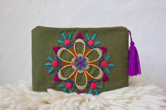 Sobre Mandala Bordado Hand Embroidery Designs, Beaded Embroidery, Cross Stitch Embroidery, Embroidery Patterns, Sewing Crafts, Sewing Projects, Mexican Embroidery, Boho Bags, Fabric Bags