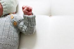 WINTER PLAYSUIT by Ministrikk: La knappene i raglanfellingen f.eks matche guttens sko. Sort til sorte finsko til festen, og brune treknapper til brune skinnsandaler.
