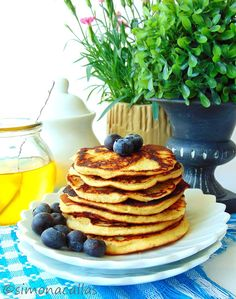 Without sugar or grains, these pancakes are not only low-carb and low-calorie but also heavenly flavored. Coconut Tart, Coconut Pancakes, Low Carb Keto, Raw Vegan, Keto Recipes, Clean Eating, Deserts, Sweets, Meals