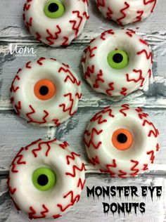 Make your Own Monster Eye Donuts Halloween Food Crafts, Halloween Appetizers, Halloween Desserts, Halloween Treats, Halloween Fun, Halloween Donuts, Halloween Foods, Halloween Cakes, Homade Donuts