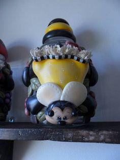 lindo pote feito de biscuit, para decoração de uma prateleira mais alta, para melhor visualização do rostinho da abelhinha.... ;) R$ 97,90