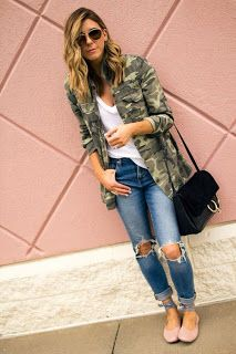 Camo details with ballet flats and distressed jeans and plain white tee style Camo Fashion, Military Fashion, Look Fashion, Autumn Fashion, Fashion Outfits, Fashion 2018, Camouflage Fashion, Fashion Beauty, Camo Shirt Outfit