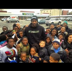 """#Celebrity #Charity Amar'e Stoudemire ( @Amareisreal )  helped out at """"Clean Up Far Rockaway"""" today (11/10/12). You can help too by giving to the #Sandy relief @redcross #TeamSTAT"""
