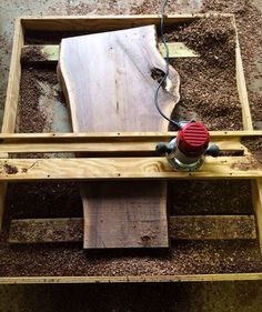 How tо Make а Tree Stump Table Router Sled, Router Jig, Router Woodworking, Woodworking Projects, Dremel, Tree Stump Table, Cool Wood Projects, Wood Tools, Diy Tools