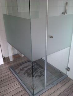 Maatwerk douchewand met gezandstraald deel l BALANCE BATHROOM
