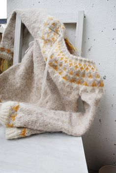 Nice colour combination for Hela maria carlander: det sista Fair Isle Knitting, Knitting Yarn, Hand Knitting, Pull Gris, Icelandic Sweaters, Mode Style, Knitting Projects, Knitting Patterns, Knit Crochet