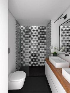 Salle d'eau moderne noir et blanche plan du meuble vasque en bois pour apporter de la chaleur à la pièce