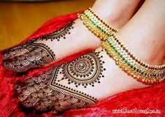 Marwari mehndi designs evolved to reflect the culture of Rajasthan. Their mehndi designs range from simple to breathtakingly beautiful. There is a design Mehandi Designs, New Mehndi Designs 2018, Karva Chauth Mehndi Designs, Wedding Henna Designs, Latest Arabic Mehndi Designs, Henna Designs Feet, Mehndi Design Images, Beautiful Mehndi Design, Mehndi Designs For Hands