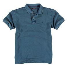 Das Polo-Shirt aus reiner Baumwolle trägt sich wunderbar bequem und passt perfekt zu allen Casual-Looks. Die leichte Wash-out Optik und farblich abgesetzte Nähte in Kontrastfarben unterstützen den sportiven Stil des Shirts. Die kurze Knopfleiste und das aufgestickte Logo an der Brust verleihen dem Shirt das gewisse Etwas ohne dabei aufdringlich zu wirken. Eine lässige Jeans komplettiert das spo...