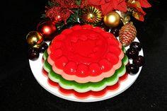 Lembra da gelatina colorida em camadas que postei aqui no blog, aquela que parecia um arco-íris? Para a ceia, resolvi fazer a versão de Natal! Olha só como