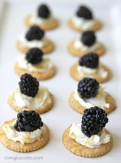 Blackberry Goat Cheese Appetizers - spread goat cheese on a cracker, top with berry and drizzle a little honey. Crackers Appetizers, Cheese Appetizers, Yummy Appetizers, Appetizers For Party, Appetizer Recipes, Party Recipes, Cheese Recipes, Happy Hour Party, Happy Hour Food
