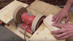 Make a double disc sander from an old bench grinder Knife Grinder, Belt Grinder, Bench Sander, Old Benches, Diy Bench, Diy Tools, Diy Videos, Woodworking, Projects
