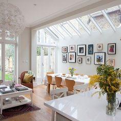 jolie salle de séjour avec meubles en bois et verrière de toit