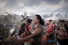 Notícias, 1º prémio (fotografia única). Sobreviventes do tufão Haiyan, durante uma procissão em Tolosa, ilha de Leyte, FilipinasPHILIPPE LOPEZ/AGENCE FRANCE-PRESSE