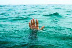 Nelayan cuba selamat bot hanyut dikhuatiri lemas   MUAR: Seorang nelayan muda dikhuatiri lemas di perairan Parit Keroma Laut di sini sekitar 3 petang tadi ketika sedang mendirikan pondok kupang.  Pengarah Agensi Penguatkuasaan Maritim Malaysia (Maritim Malaysia) Pangkalan Batu Pahat Leftenan Komander Muhammad Zulkarnain Abdullah berkata mangsa Muaz Abdul Mutalib 20 dipercayai terjatuh ke dalam laut semasa sedang cuba menyelamatkan botnya yang dihanyutkan arus ketika kejadian.  Katanya…