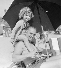 Shirley Temple e seu pai, em sua primeira férias no Havaí, meados dos anos 1930.