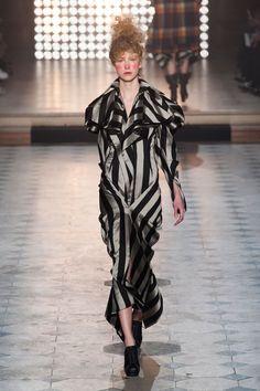 Vivienne Westwood at Paris Fashion Week Fall 2014 - Runway Photos Diva Fashion, Fashion Week, Paris Fashion, Fashion Show, Fashion Design, Fashion 2014, Fashion Brands, Vivienne Westwood, Suits