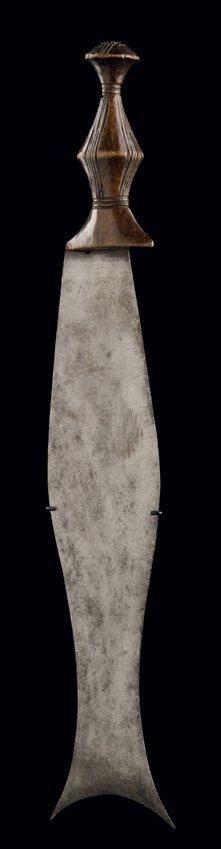 COUTEAU ASYMÉTRIQUE YANSI, Pende, République Démocratique du Congo Vers 1920 H_38 cm Provenance: Collection Jan Elsen