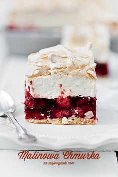 short pastry with raspberry jelly, vanilla cream cheese and almond meringue (Baking Sweet Recipes) Just Desserts, Delicious Desserts, Yummy Food, Sweet Recipes, Cake Recipes, Dessert Recipes, Bolos Naked Cake, Short Pastry, Bolo Cake