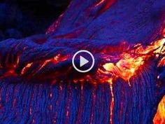 """In queste immagini sembra che il vulcano Kilauea stia eruttando lava di colore blu. Succede durante una particolare ora del giorno, nota come """"ora blu"""", ossia poco prima del tramonto. Il Kilauea, in costante attività dal gennaio del 1983, è considerato uno dei vulcani più attivi del mondo (eppixadventures..com)"""