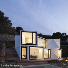 Mit dem **Sunflower House** hat das spanische Architekten-Duo Cadaval und Solà-Morales unweit der spanisch-französischen Grenze ein ungewöhnliches Domizil in …