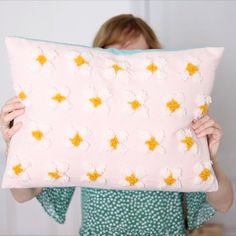 Hand Embroidery Patterns Free, Punch Needle Patterns, Hand Embroidery Videos, Embroidery On Clothes, Diy Pillows, Cushions, Needle Cushion, Cute Diy Room Decor, Satin Stitch