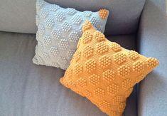 Crochet Pillow Patterns Part 8 - Beautiful Crochet Patterns and Knitting Patterns Beau Crochet, Crochet Diy, Crochet Home, Love Crochet, Beautiful Crochet, Crochet Crafts, Crochet Projects, Crochet Cushion Cover, Crochet Pillow Pattern