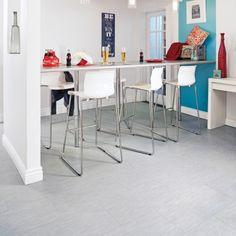 Ce qui est merveilleux avec les carreaux de vinyle, c'est qu'ils peuvent être collés directement sur le plancher, qu'il soit couvert de béton, de bois flottant, d'un revêtement souple ou de carreaux de céramique. Voici les quatre étapes à suivre pour une pose réussie et sans chichis. Decoration, Flooring, Table, Furniture, Home Decor, Vinyl Tiles, Blank Space, Floating Floor, Home Improvement