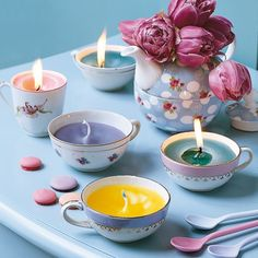 Coleções encantadoras Aquelas porcelanas perdidas de algum jogo incompleto pode se transformar em um lindo conjunto de porta-velas charmoso e cheio de cores.