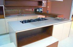 Elegancka kuchnia z blatem z konglomeratu kwarcowego Silestone - Unsui. Powłoka antybakteryjna i 10 lat gwarancji na materiał.