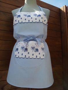 Bleu azur, tablier a bavette bleu azur et large broderie anglaise blanche avec motifs bleu roi : Autres accessoires par au-feminin