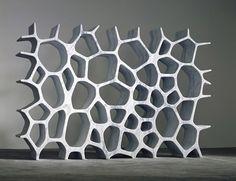 Australský vizionář Marc Newson a jeho představa knihovny. Mramorový solitér Voronoi byl vytvořen pro galerii Gagosian.