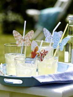Zarte Dekoration: So weiß jeder Gast, welches Glas zu ihm gehört.  Und so geht's ...