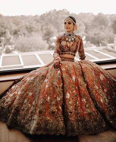 Golden Bridal Lehenga, Indian Bridal Lehenga, Indian Bridal Outfits, Indian Bridal Fashion, Indian Fashion Dresses, Bridal Dress Indian, Golden Lehnga, Pakistani Sharara, Indian Bridal Makeup