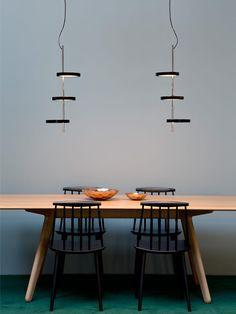 Pendelleuchte Nenúfar von Marset ist eine LED Systemleuchte, die am besten in der Gruppe zur Geltung kommt. Die Intention des Designers Joan Gaspar war es
