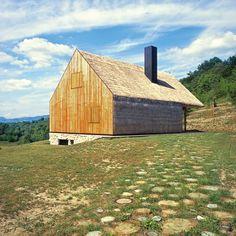 """Der Abriss stand einer alten Hütte im Stil der Zagorje Region bevor. Das Zagreber Architekturbüro Proahr entschied sich dagegen – und modernisierte die """"Hiza"""" (Hütte). (Foto: Damir Fabijanic)"""