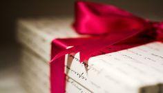 """Olá criativas! Hoje tem uma caixa inspirada na caixatudo que passei com você do blog presentes apaixonados. Gostei bastante da ideia e resolvi fazer minhas adaptações e você também pode fazer as suas usandomais adjetivos, escolhendo os presentes de acordo com a sua criatividade.   Como fazer:   Na tampa da caixa (ou em um cartão) escreva:""""Todos os nossos momentos são intensos e perfeitos. É por esses e outros momentos que passamos juntos que eu te amo!"""" Dentro da caixa coloque os…"""