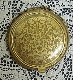 antique powder compact Lipstick Case, Lipstick Holder, Flapper Accessories, Vintage Accessories, Vintage Makeup, Vintage Vanity, Powder Lipstick, Vanity Cases, Cosmetic Containers
