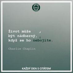 Život může být nádherný, když se ho nebojíte | citáty o životě Charlie Chaplin, Spring Crafts, Relax, Wisdom, Words, Quotes, Ideas, Style, Qoutes